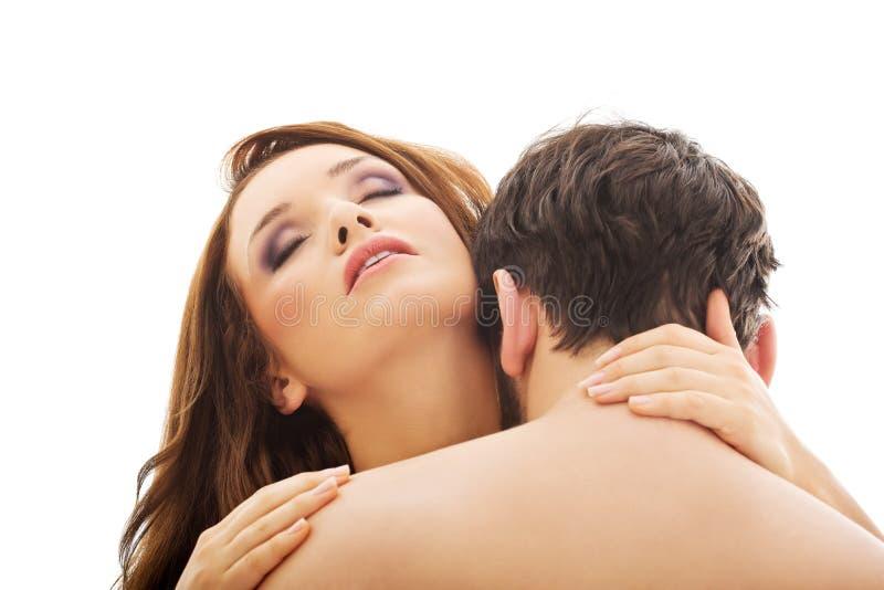 Λαιμός της καυκάσιας ανδρών γυναίκας φιλήματος στοκ εικόνα