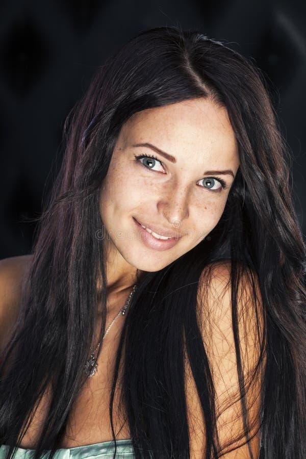 Λακκάκια και φακίδες, πολύ χαριτωμένο χαμογελώντας κορίτσι brunette στοκ φωτογραφίες