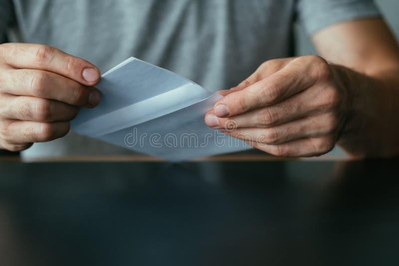 Λαμβανόμενο φάκελος ταχυδρομείο ατόμων επιστολών αποδοχής στοκ εικόνες