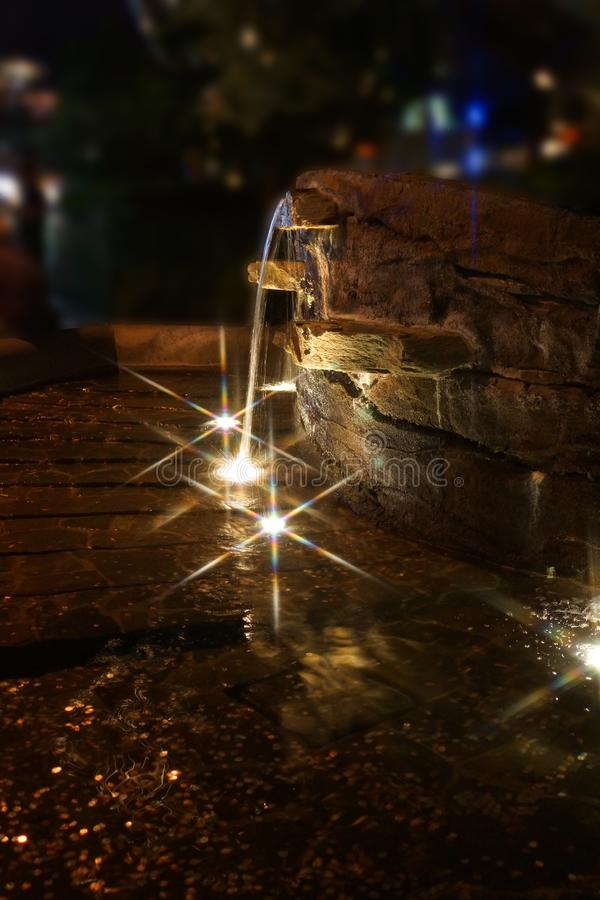 Λαμπιρίζοντας νερό με την ελαφριά κατακόρυφο αντανάκλασης στοκ φωτογραφία με δικαίωμα ελεύθερης χρήσης