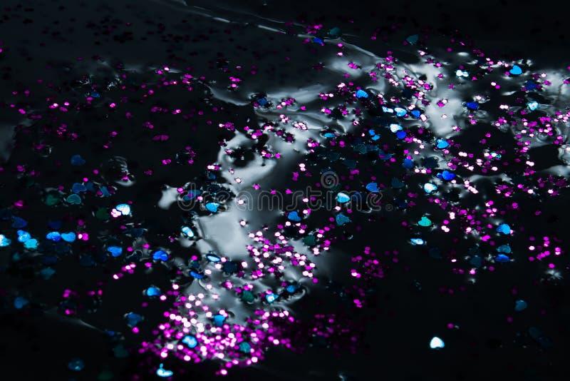 Λαμπρά μόρια σχεδίων στο σκοτεινό υγρό στούντιο κινηματογραφήσεων σε πρώτο πλάνο υποβάθρου στοκ φωτογραφίες