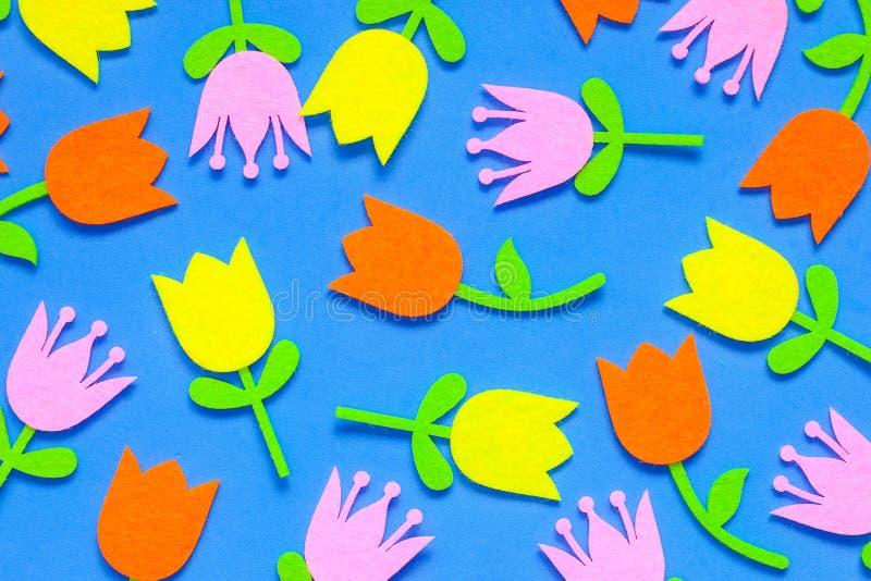 Λαμπρά χρωματισμένα αισθητά λουλούδια τουλιπών σε ένα σαφές υπόβαθρο στοκ εικόνα