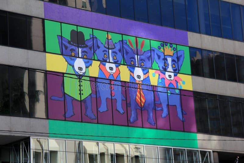 Λαμπρά χρωματισμένος εξωτερικός τοίχος με τέσσερα εορταστικά σκυλιά στον εξωτερικό τοίχο, Νέα Ορλεάνη, 2016 στοκ φωτογραφία με δικαίωμα ελεύθερης χρήσης