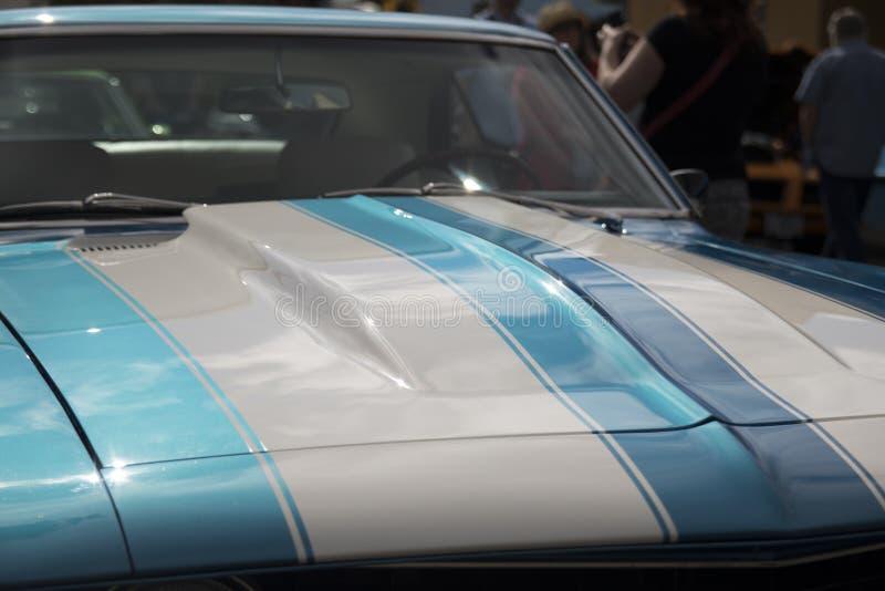 Λαμπρά λωρίδες στην κουκούλα ενός κλασικού αυτοκινήτου στοκ φωτογραφίες με δικαίωμα ελεύθερης χρήσης