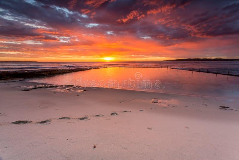Λαμπρή ανατολή και ωκεάνια παραλία Cronulla λιμνών βράχου στοκ εικόνα με δικαίωμα ελεύθερης χρήσης