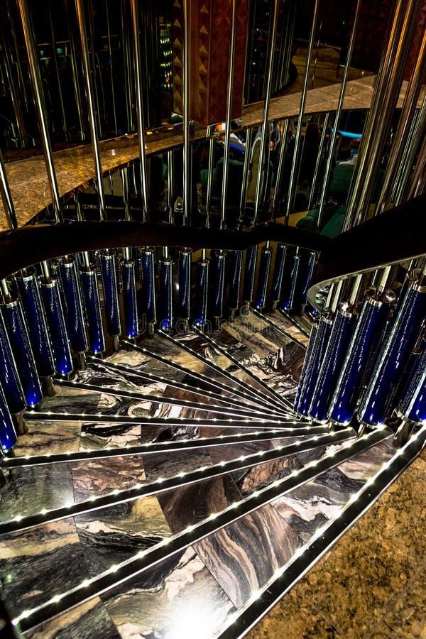 Λαμπρή σπειροειδής μαρμάρινη σκάλα στοκ φωτογραφία με δικαίωμα ελεύθερης χρήσης