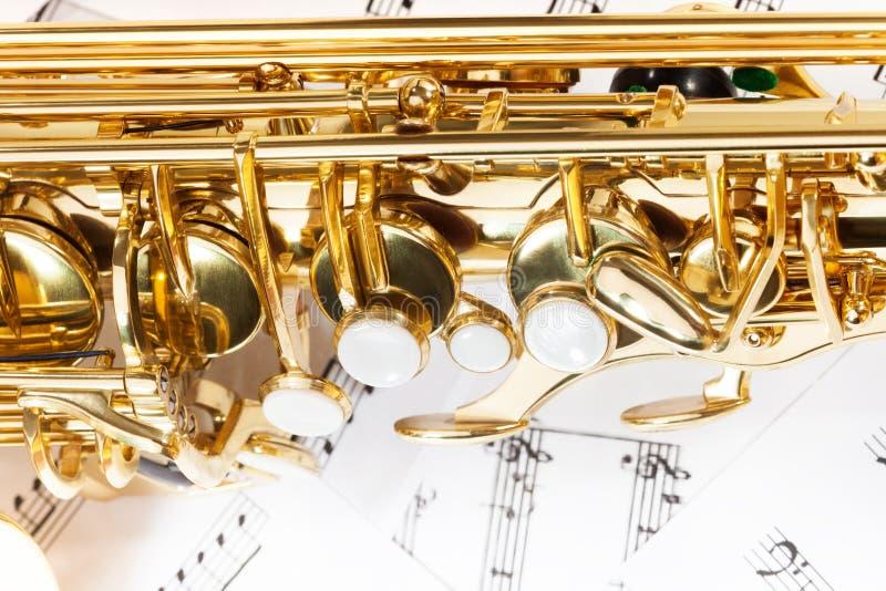Λαμπρή χρυσή άποψη κινηματογραφήσεων σε πρώτο πλάνο κλειδιών saxophone alto στοκ εικόνα με δικαίωμα ελεύθερης χρήσης