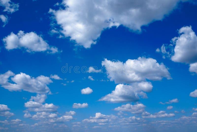 Λαμπρός, δραματικός μπλε ουρανός με τα σύννεφα στοκ εικόνα με δικαίωμα ελεύθερης χρήσης