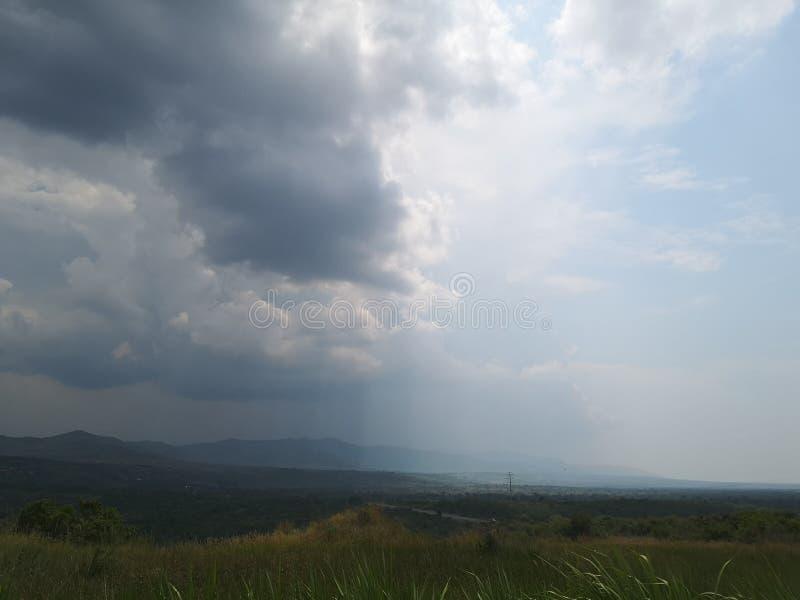 Λαμπρός ημι-νεφελώδης ουρανός στοκ εικόνες