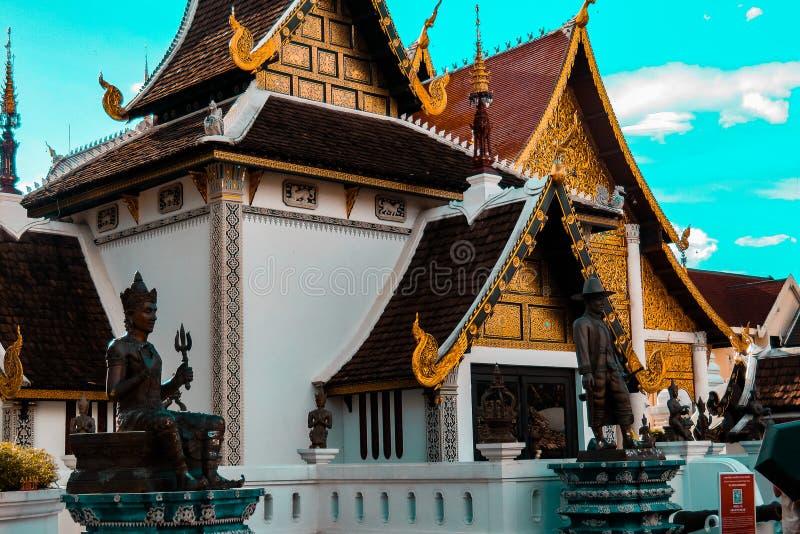 Λαμπρός ναός που στεγάζει το χρυσό Βούδα στοκ φωτογραφίες