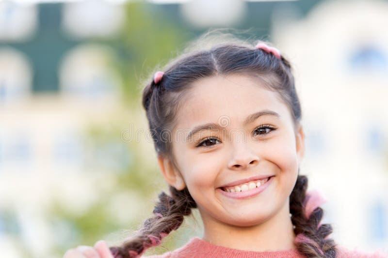 Λαμπρό χαμόγελο Ειλικρινές συναισθηματικό παιδί Συναισθηματικό πρόσωπο κοριτσιών Έννοια παιδικής ηλικίας και ευτυχίας Ευτυχές όμο στοκ εικόνες με δικαίωμα ελεύθερης χρήσης
