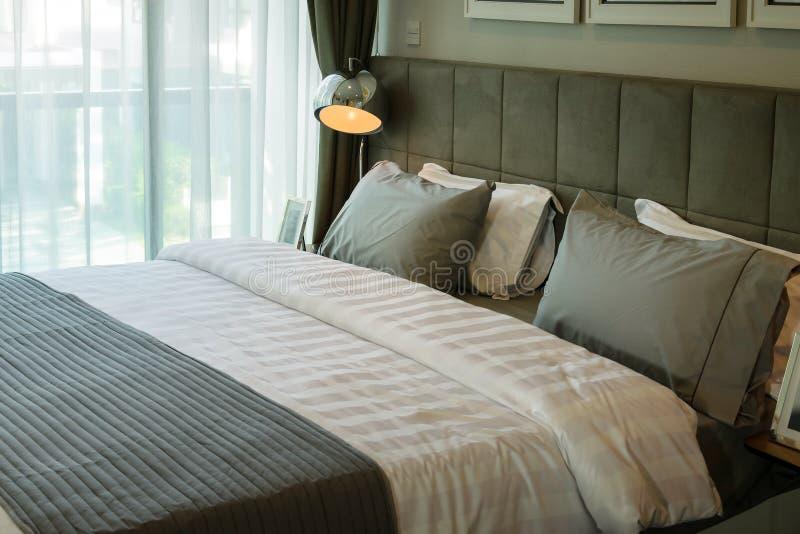 Λαμπτήρας και κρεβάτι γραφείων μετάλλων στοκ εικόνες με δικαίωμα ελεύθερης χρήσης