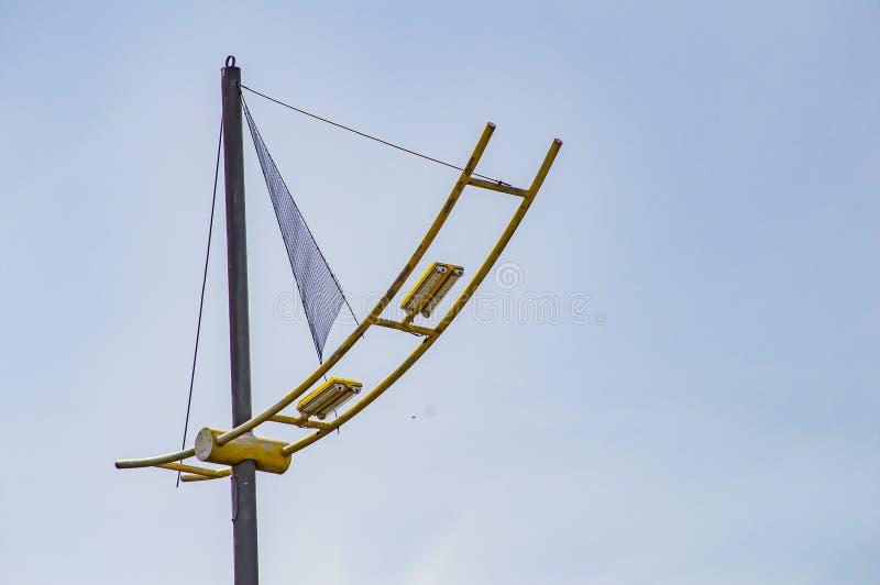 Λαμπτήρας οδικού φωτισμού ενάντια στο μπλε ουρανό στοκ φωτογραφία