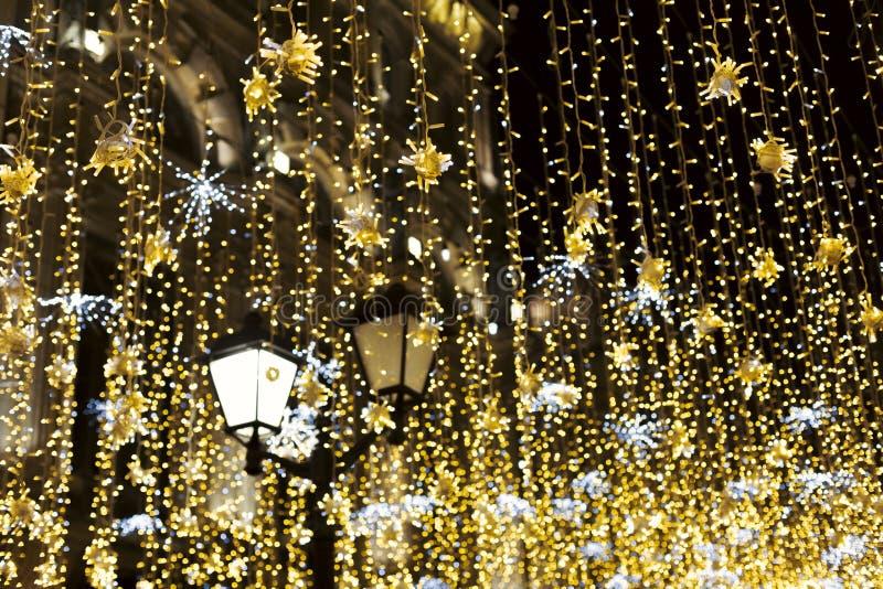 λαμπτήρας οδών με κίτρινο tinsel που λάμπει στη νύχτα στοκ φωτογραφίες με δικαίωμα ελεύθερης χρήσης