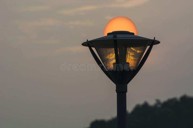 Λαμπτήρας οδών στο ηλιοβασίλεμα στοκ φωτογραφίες