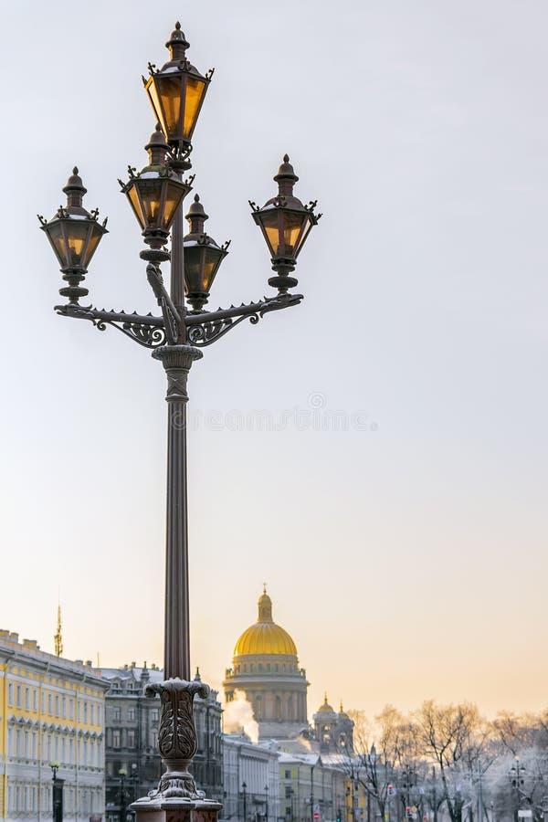Λαμπτήρας οδών στο τετράγωνο παλατιών στη Αγία Πετρούπολη στο υπόβαθρο στοκ φωτογραφία με δικαίωμα ελεύθερης χρήσης