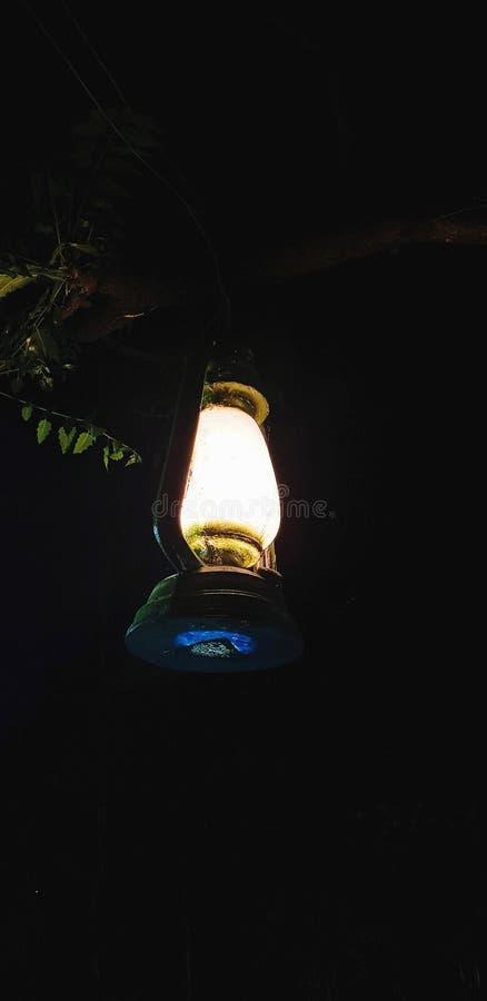 Λαμπτήρας που καίγεται στο σκοτεινό φωτισμό περιοχής πλησίον από τη θέση στοκ εικόνες