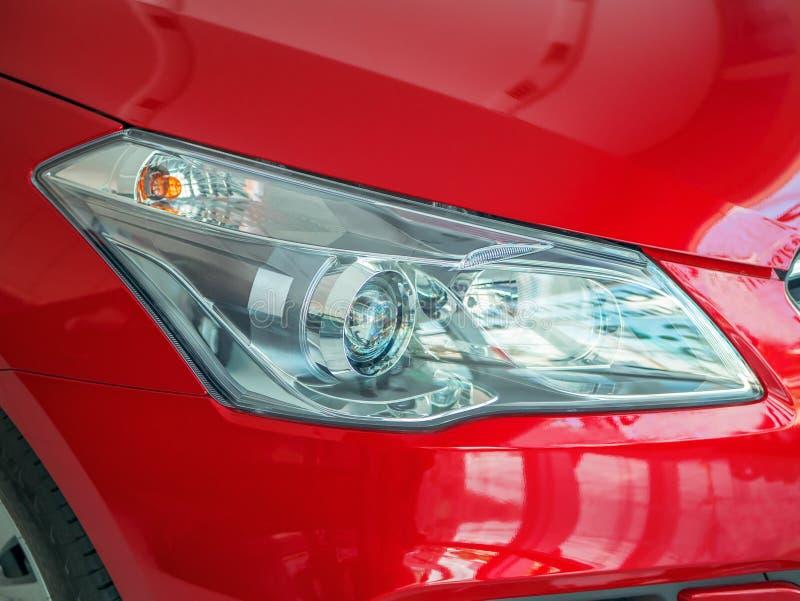 Λαμπτήρας προβολέων στο σύγχρονο κόκκινο αυτοκίνητο στοκ εικόνα με δικαίωμα ελεύθερης χρήσης