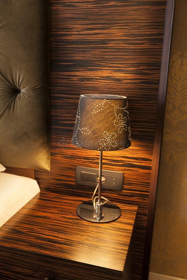 Λαμπτήρας σε έναν πίνακα νύχτας στοκ φωτογραφία με δικαίωμα ελεύθερης χρήσης