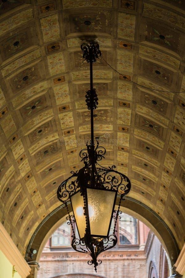 Λαμπτήρας στο Arcades της Μπολόνιας Αιμιλία-Ρωμανία Ιταλία στοκ φωτογραφίες
