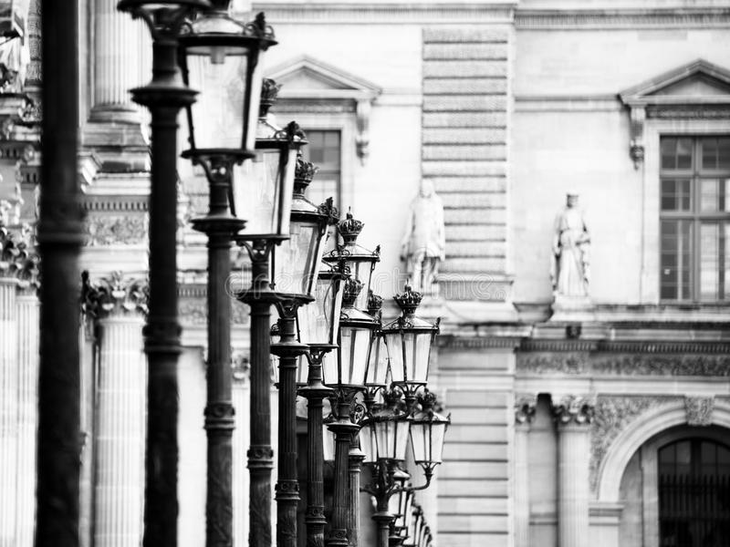 Λαμπτήρες στο Λούβρο - το Παρίσι στοκ εικόνα με δικαίωμα ελεύθερης χρήσης