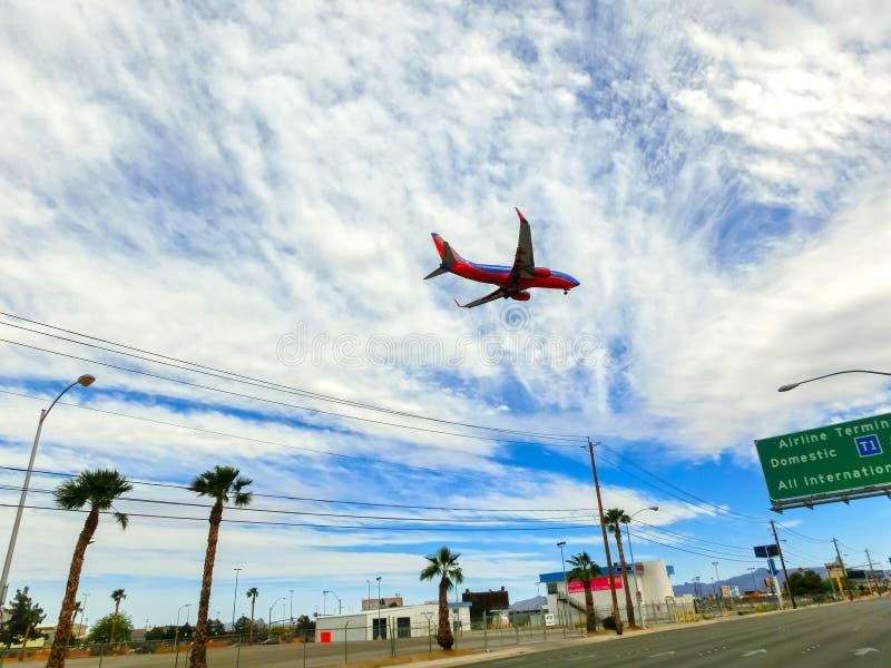 Λας Βέγκας, Ηνωμένες Πολιτείες της Αμερικής - 6 Μαΐου 2016: Τα αεροσκάφη στο μπλε ουρανό που μειώνεται για την προσγείωση στον αε στοκ εικόνες με δικαίωμα ελεύθερης χρήσης
