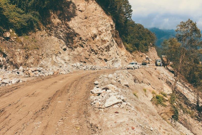 Λασπώδης δρόμος και πλαϊνό όχημα στον τρόπο σε Bumthang σε Wangduephodrang στοκ φωτογραφία με δικαίωμα ελεύθερης χρήσης