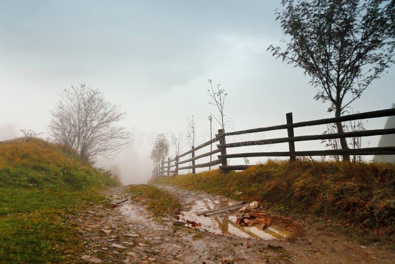 Λασπώδες έδαφος μετά από τη βροχή στα βουνά Ακραίος αγροτικός ρύπος πορειών ro στοκ φωτογραφία