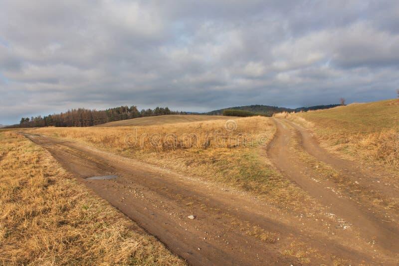 Λασπώδης αγροτικός δρόμος, τοπίο φθινοπώρου, σταυροδρόμια, αγροτικός βρώμικος δρόμος στοκ εικόνα με δικαίωμα ελεύθερης χρήσης