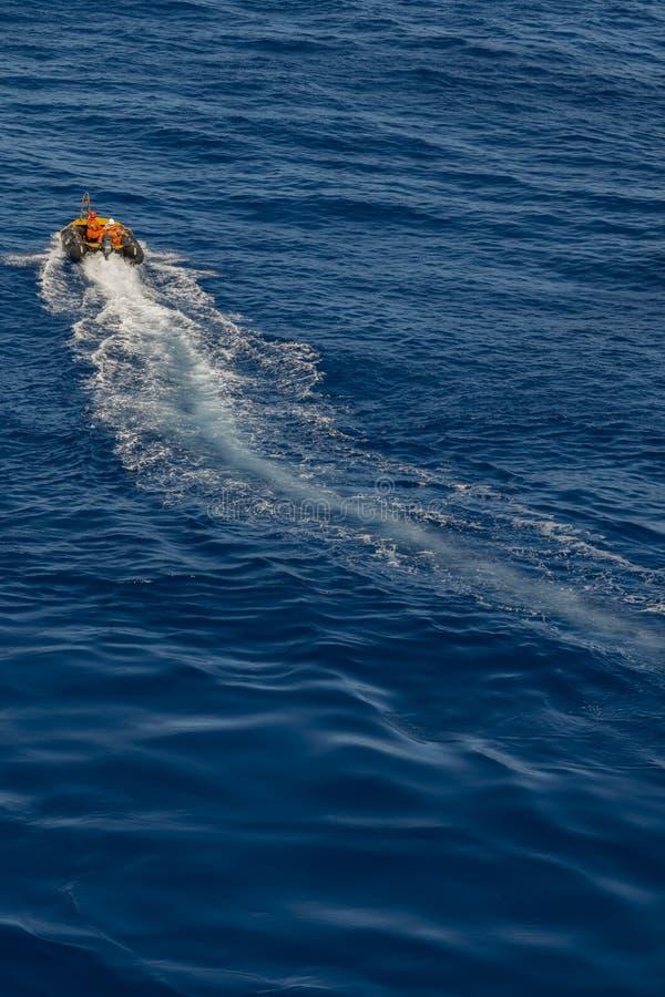 Λαστιχένια βάρκα που πλέει στον μπλε ωκεανό στοκ εικόνες με δικαίωμα ελεύθερης χρήσης