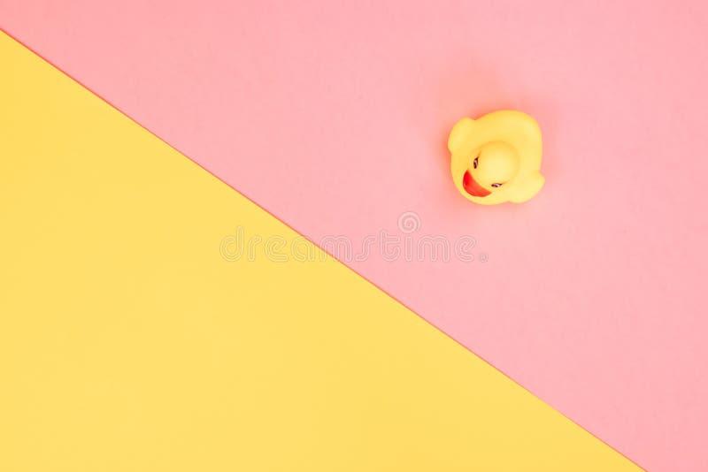 Λαστιχένια πάπια λουτρών στο ζωηρόχρωμο υπόβαθρο Τοπ άποψη σχετικά με τη λαστιχένια πάπια παιχνιδιών Παιχνίδι παιχνιδιών για duck στοκ φωτογραφία με δικαίωμα ελεύθερης χρήσης