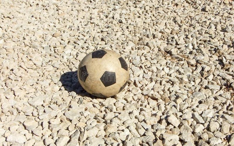 Λαστιχένια σφαίρα ποδοσφαίρου παιδιών παλαιά Υπόβαθρο, αθλητικός εξοπλισμός για την υπαίθρια ικανότητα ή σύγχρονη σύσταση αμμοχάλ στοκ φωτογραφίες