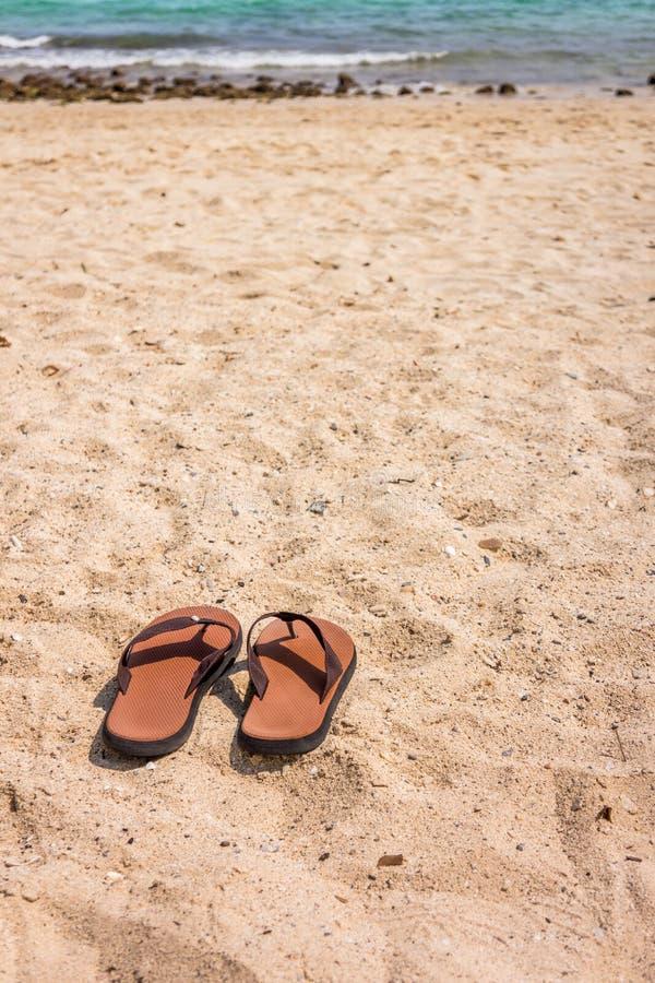 Λαστιχένιες παντόφλες στην παραλία στοκ εικόνα