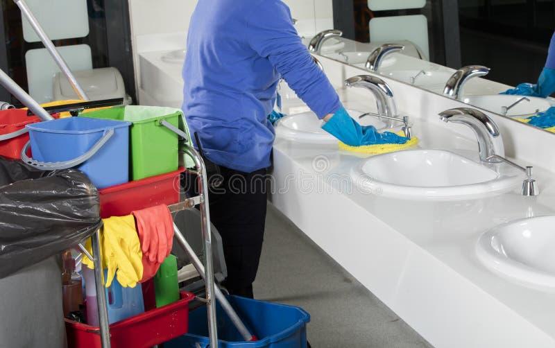 Λαστιχένιος φορημένος γάντια καθαρίζοντας νεροχύτης χεριών με το ξεσκονόπανο στοκ φωτογραφίες