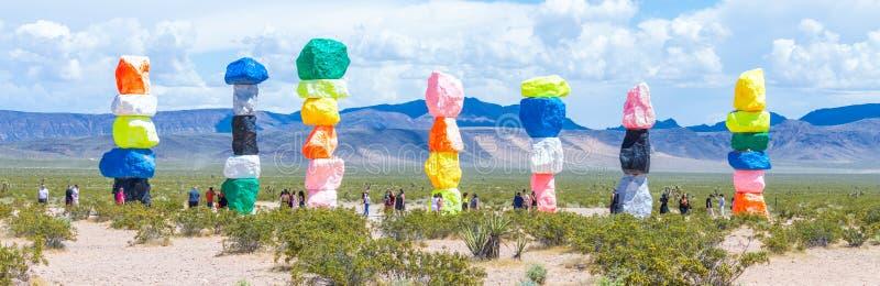 ΛΑΣ ΒΈΓΚΑΣ, ΝΕΒΑΔΑ, ΗΠΑ - 12 ΜΑΐΟΥ 2019: Εγκατάσταση τέχνης επτά μαγική βουνών κοντά στην πόλη του Λας Βέγκας Στυλοβάτες φιαγμένο στοκ φωτογραφία με δικαίωμα ελεύθερης χρήσης
