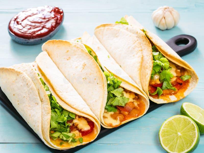 Λατινικά tacos τροφίμων στο μπλε ξύλινο υπόβαθρο στοκ εικόνες