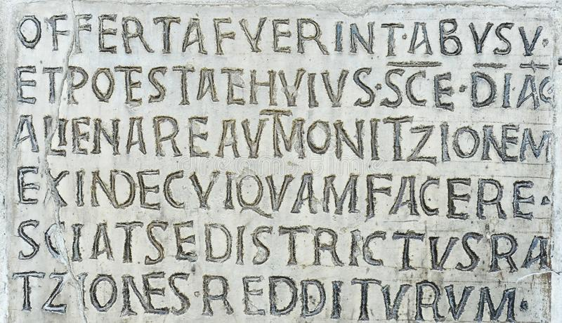 Λατινική επιγραφή στον αρχαίο τοίχο της εκκλησίας της Σάντα Μαρία σε Cosmedin στη Ρώμη, Ιταλία στοκ φωτογραφία