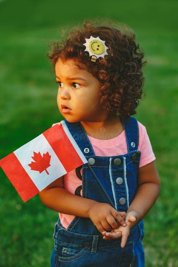 λατινική ισπανική εκμετάλλευση κοριτσιών μικρών παιδιών μωρών που κυματίζει την καναδική σημαία στοκ φωτογραφία με δικαίωμα ελεύθερης χρήσης