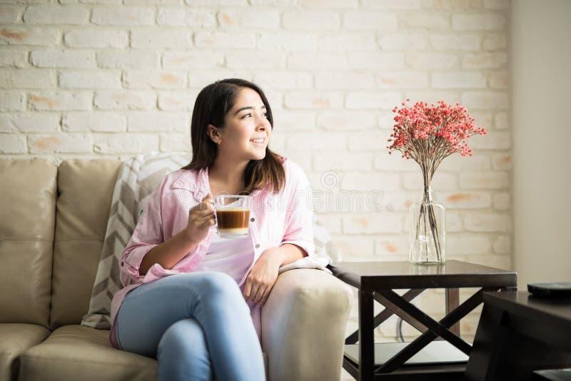 Λατινική χαλάρωση γυναικών με ένα cappuccino στοκ φωτογραφία με δικαίωμα ελεύθερης χρήσης