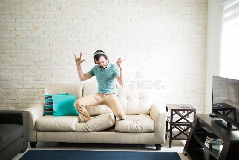 Λατινικό άτομο που απολαμβάνει το βράχο - και - μουσική ρόλων στοκ φωτογραφία με δικαίωμα ελεύθερης χρήσης