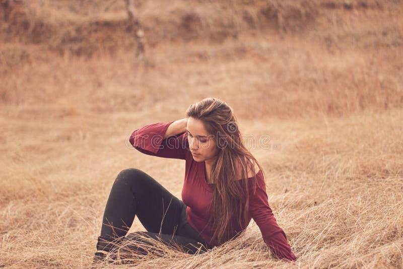 Λατινικό κορίτσι που κάνει τη γιόγκα υπαίθρια σε ένα ήρεμο και χαλαρωμένο περιβάλλον στοκ εικόνα