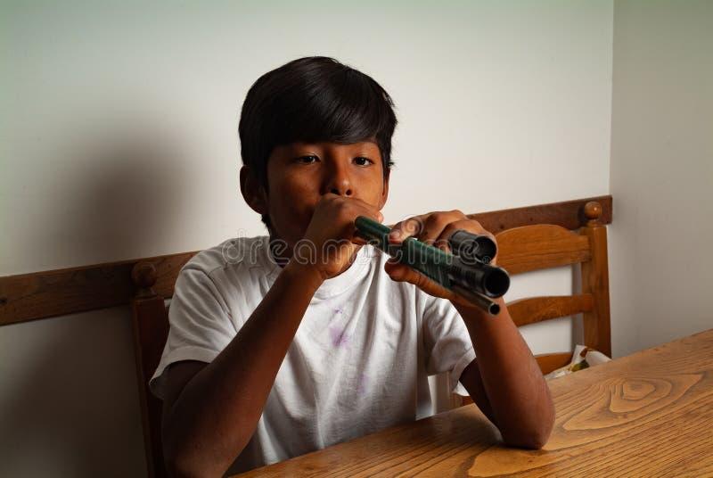 Λατινικό παιχνίδι αγοριών με χειροποίητο blowgun στοκ φωτογραφίες με δικαίωμα ελεύθερης χρήσης