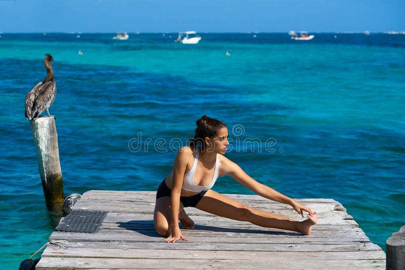 Λατινικό τέντωμα γυναικών αθλητών στις Καραϊβικές Θάλασσες στοκ φωτογραφία με δικαίωμα ελεύθερης χρήσης