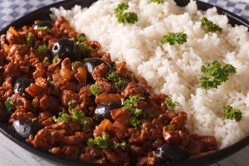 Λατινοαμερικάνικη κουζίνα: Picadillo ένα habanera Λα με ένα δευτερεύον πιάτο στοκ φωτογραφία