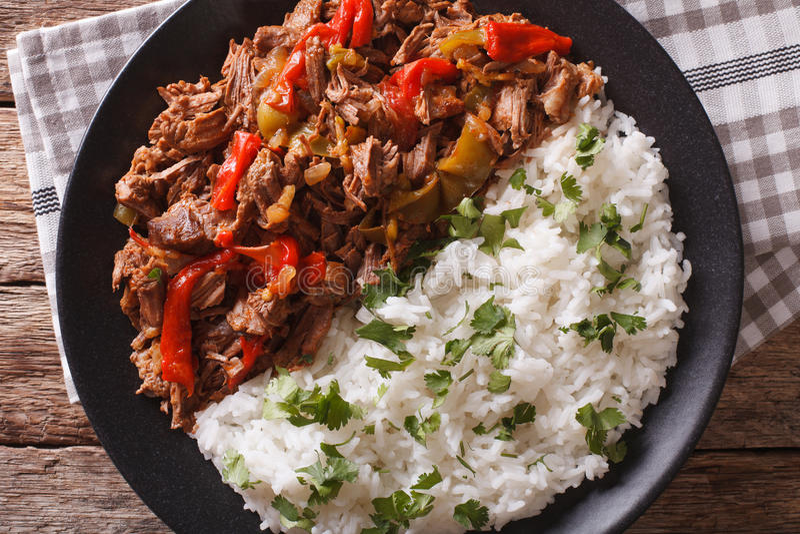 Λατινοαμερικάνικη κουζίνα: vieja ropa με την κινηματογράφηση σε πρώτο πλάνο ρυζιού στοκ εικόνες