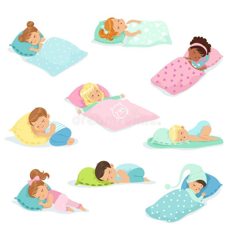 Λατρευτά μικρά παιδιά και κορίτσια που κοιμούνται γλυκά στα κρεβάτια τους, ζωηρόχρωμες διανυσματικές απεικονίσεις χαρακτήρων απεικόνιση αποθεμάτων