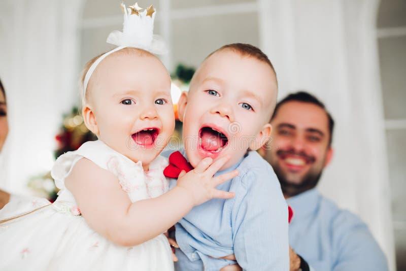 Λατρευτά παιδιά που αγκαλιάζουν στη κάμερα Πορτρέτο των ευτυχών αγαπώντας αμφιθαλών στοκ φωτογραφία