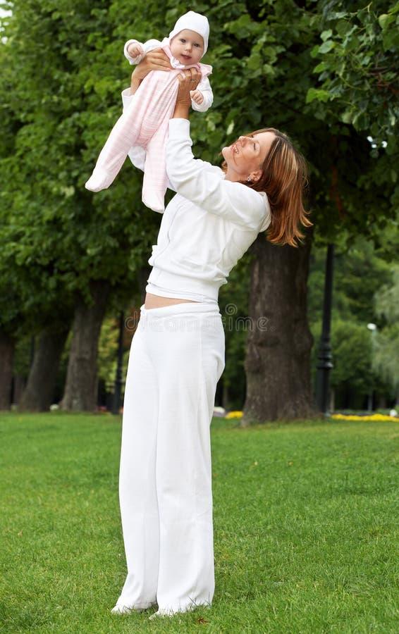 λατρευτή ευτυχής μητέρα bab στοκ εικόνες με δικαίωμα ελεύθερης χρήσης