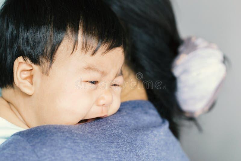 Λατρευτή κραυγή κοριτσάκι στον ώμο mom στοκ εικόνα με δικαίωμα ελεύθερης χρήσης