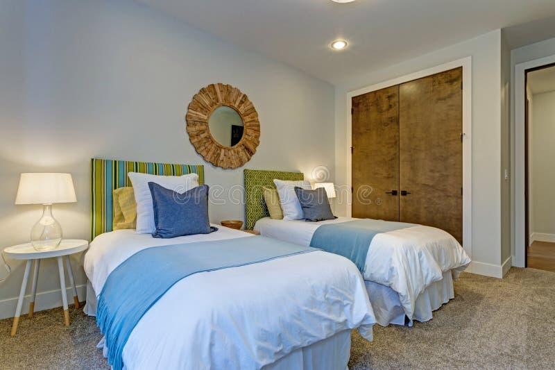 Λατρευτή κρεβατοκάμαρα με ένα ζευγάρι των δίδυμων κρεβατιών στοκ εικόνα με δικαίωμα ελεύθερης χρήσης